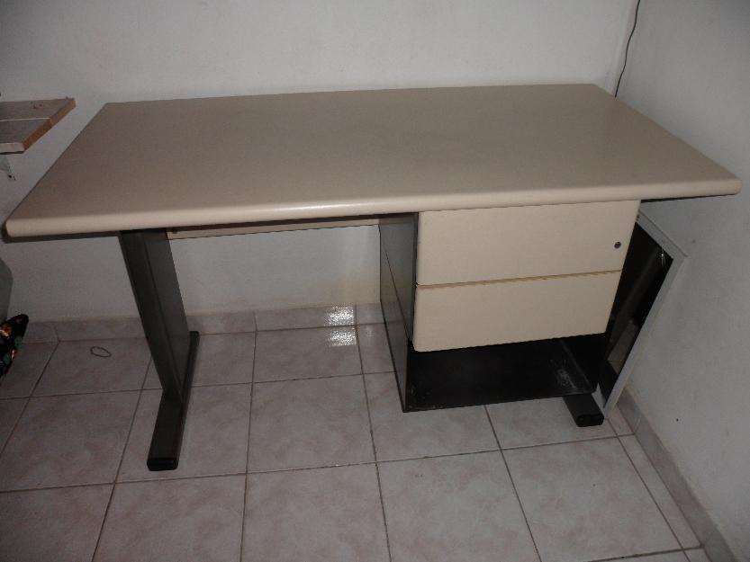 Mesa de escritório com cadeira