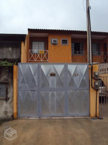 Casa duplex com duas vagas de garagem e quintal