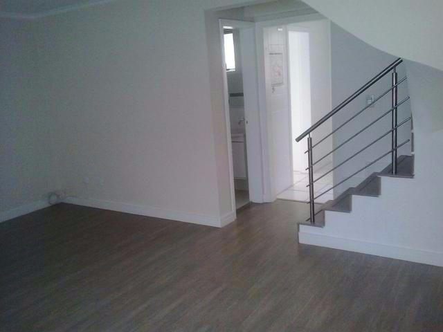 Sobrado com móveis planejados, piso laminado, 3 quartos sendo suíte e garagem coberta