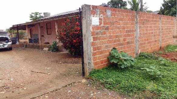 Casa de madeira com 2 quartos sala,cozinha,banheiro e varanda